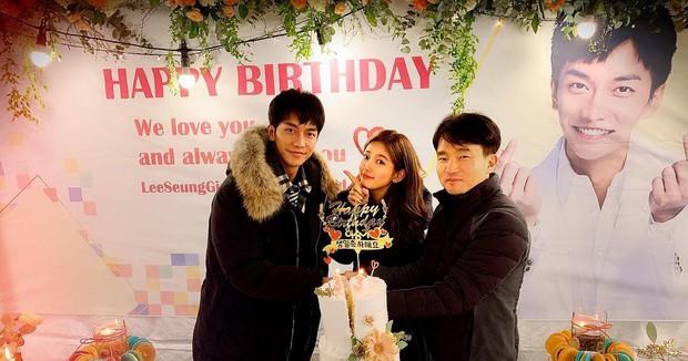 Lee Seung Gi đón sinh nhật tại phim trường bom tấn 500 tỉ, đặc biệt Suzy, Sungjae và dàn sao đình đám góp mặt - Ảnh 4.