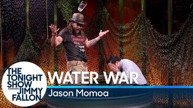 Đừng dại dột mà chơi tạt nước với Aquaman Jason Momoa! - Ảnh 1.