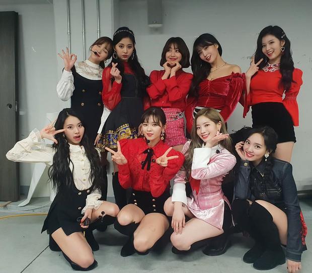 JYP vừa nhá hàng girlgroup mới, nhân vật này đã khiến netizen vương vấn vì leo top tìm kiếm nhiều giờ liền - Ảnh 1.