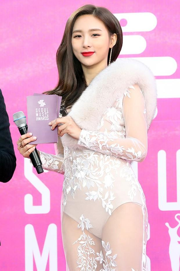 Tranh cãi vấn đề hở bạo tại lễ trao giải: Nữ idol vô danh bị chê như diện nội y, Hwasa lại được khen bốc lửa - Ảnh 3.