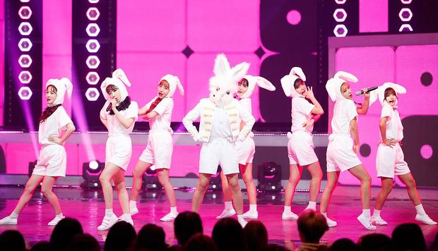 Chuyện lạ đời: Thành viên girlgroup tân binh nhất quyết không để lộ mặt trừ khi nhóm lập thành tích khủng như... BTS - Ảnh 1.