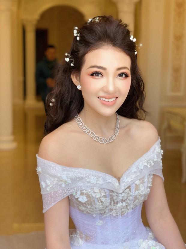 Đám cưới khủng của cô dâu trong lâu đài 7 tầng: Gây chú ý không kém là bộ trang sức đính kim cương 9 tỷ, nhiều món là bản giới hạn - Ảnh 2.