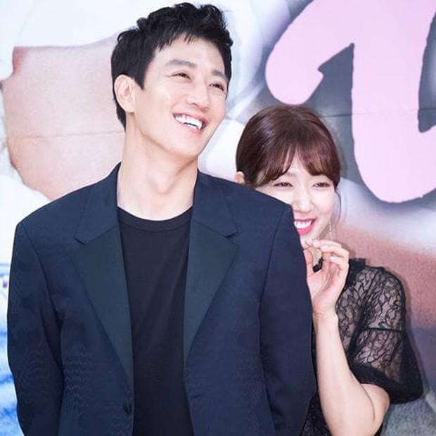 Chỉ có fan tinh ý mới phát hiện cô nàng Park Shin Hye có thói quen siêu cấp dễ cưng ở hậu trường Hồi Ức Alhambra - Ảnh 11.