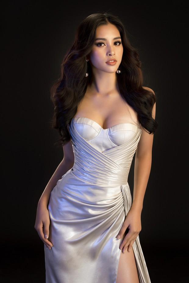 Mới đăng quang, Tiểu Vy đã diện váy xẻ siêu cao, đọ sắc với Đỗ Mỹ Linh mặc đầm cut-out xéo sắc - Ảnh 3.