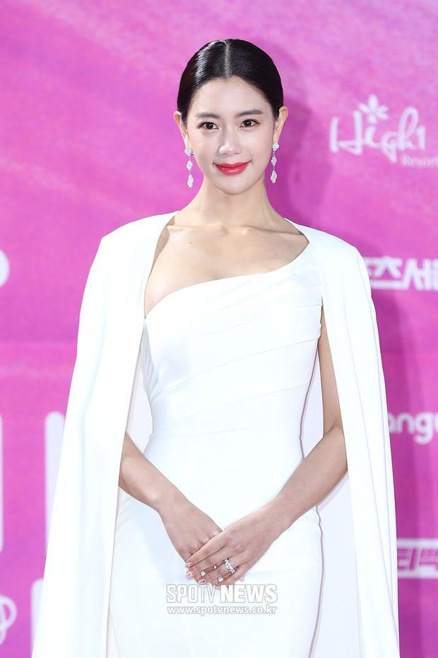 Siêu thảm đỏ rét nhất Kbiz: Kim So Hyun và dàn nữ thần Kpop mếu máo giữ váy, đầu bù tóc rối, BTS và Wanna One quá bảnh - Ảnh 24.