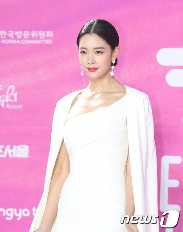 Siêu thảm đỏ rét nhất Kbiz: Kim So Hyun và dàn nữ thần Kpop mếu máo giữ váy, đầu bù tóc rối, BTS và Wanna One quá bảnh - Ảnh 23.