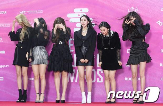 Siêu thảm đỏ rét nhất Kbiz: Kim So Hyun và dàn nữ thần Kpop mếu máo giữ váy, đầu bù tóc rối, BTS và Wanna One quá bảnh - Ảnh 17.