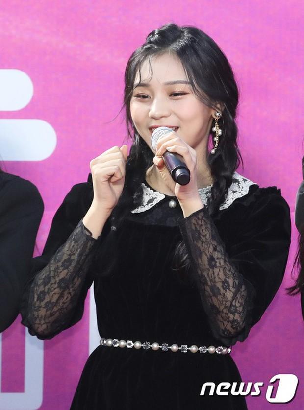 Siêu thảm đỏ rét nhất Kbiz: Kim So Hyun và dàn nữ thần Kpop mếu máo giữ váy, đầu bù tóc rối, BTS và Wanna One quá bảnh - Ảnh 20.
