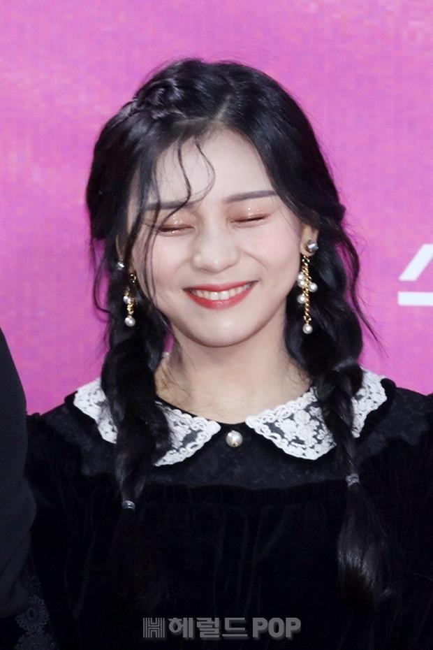 Siêu thảm đỏ rét nhất Kbiz: Kim So Hyun và dàn nữ thần Kpop mếu máo giữ váy, đầu bù tóc rối, BTS và Wanna One quá bảnh - Ảnh 19.