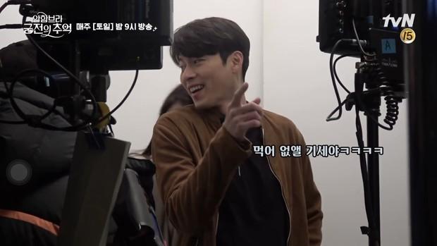 Chỉ có fan tinh ý mới phát hiện cô nàng Park Shin Hye có thói quen siêu cấp dễ cưng ở hậu trường Hồi Ức Alhambra - Ảnh 6.