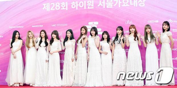 Siêu thảm đỏ rét nhất Kbiz: Kim So Hyun và dàn nữ thần Kpop mếu máo giữ váy, đầu bù tóc rối, BTS và Wanna One quá bảnh - Ảnh 40.