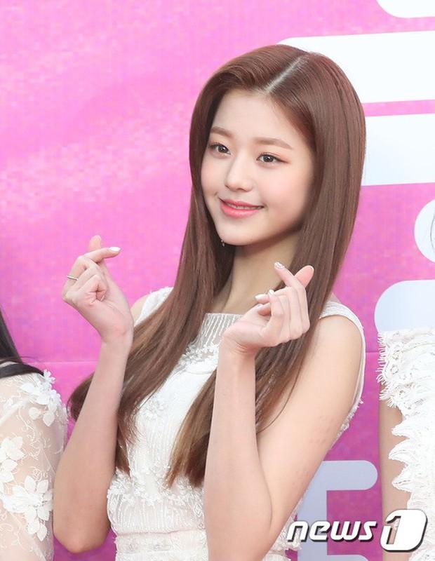 Siêu thảm đỏ rét nhất Kbiz: Kim So Hyun và dàn nữ thần Kpop mếu máo giữ váy, đầu bù tóc rối, BTS và Wanna One quá bảnh - Ảnh 39.
