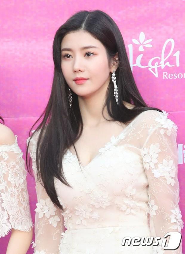 Siêu thảm đỏ rét nhất Kbiz: Kim So Hyun và dàn nữ thần Kpop mếu máo giữ váy, đầu bù tóc rối, BTS và Wanna One quá bảnh - Ảnh 38.
