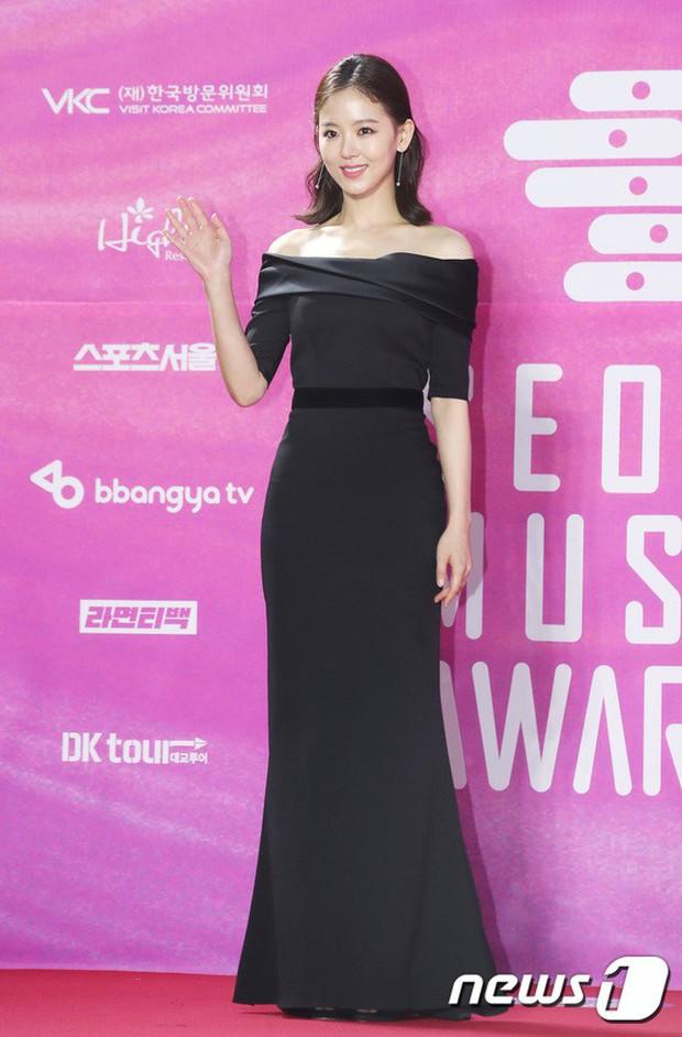 Siêu thảm đỏ rét nhất Kbiz: Kim So Hyun và dàn nữ thần Kpop mếu máo giữ váy, đầu bù tóc rối, BTS và Wanna One quá bảnh - Ảnh 48.