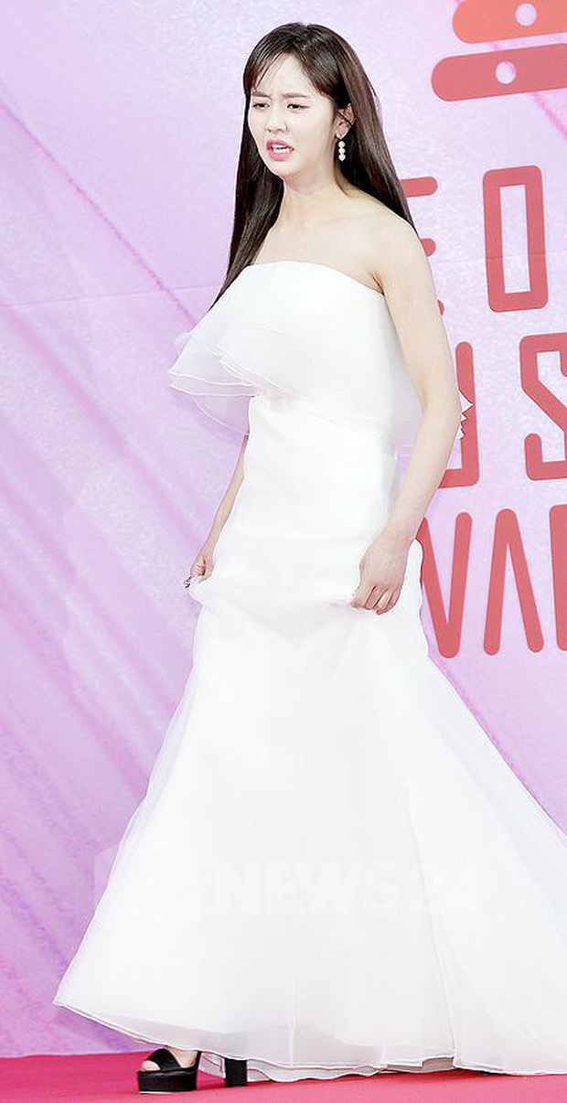 Siêu thảm đỏ rét nhất Kbiz: Kim So Hyun và dàn nữ thần Kpop mếu máo giữ váy, đầu bù tóc rối, BTS và Wanna One quá bảnh - Ảnh 1.