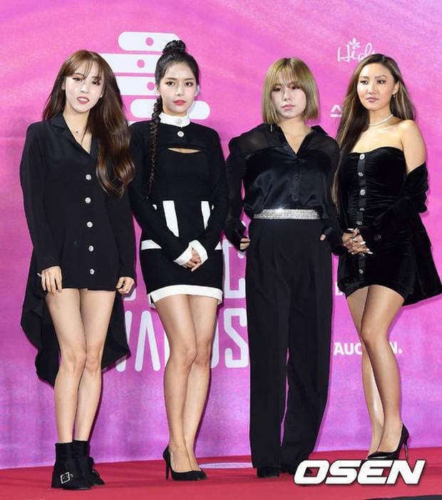 Siêu thảm đỏ rét nhất Kbiz: Kim So Hyun và dàn nữ thần Kpop mếu máo giữ váy, đầu bù tóc rối, BTS và Wanna One quá bảnh - Ảnh 43.
