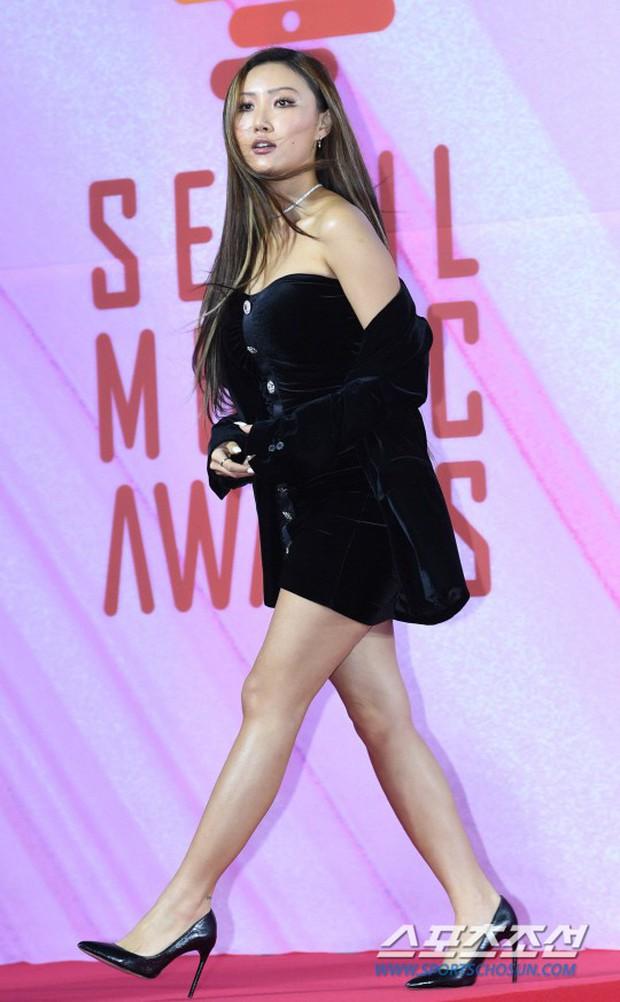Siêu thảm đỏ rét nhất Kbiz: Kim So Hyun và dàn nữ thần Kpop mếu máo giữ váy, đầu bù tóc rối, BTS và Wanna One quá bảnh - Ảnh 42.