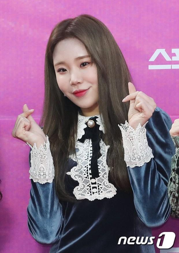 Siêu thảm đỏ rét nhất Kbiz: Kim So Hyun và dàn nữ thần Kpop mếu máo giữ váy, đầu bù tóc rối, BTS và Wanna One quá bảnh - Ảnh 35.