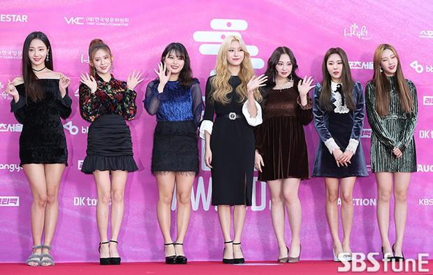 Siêu thảm đỏ rét nhất Kbiz: Kim So Hyun và dàn nữ thần Kpop mếu máo giữ váy, đầu bù tóc rối, BTS và Wanna One quá bảnh - Ảnh 37.