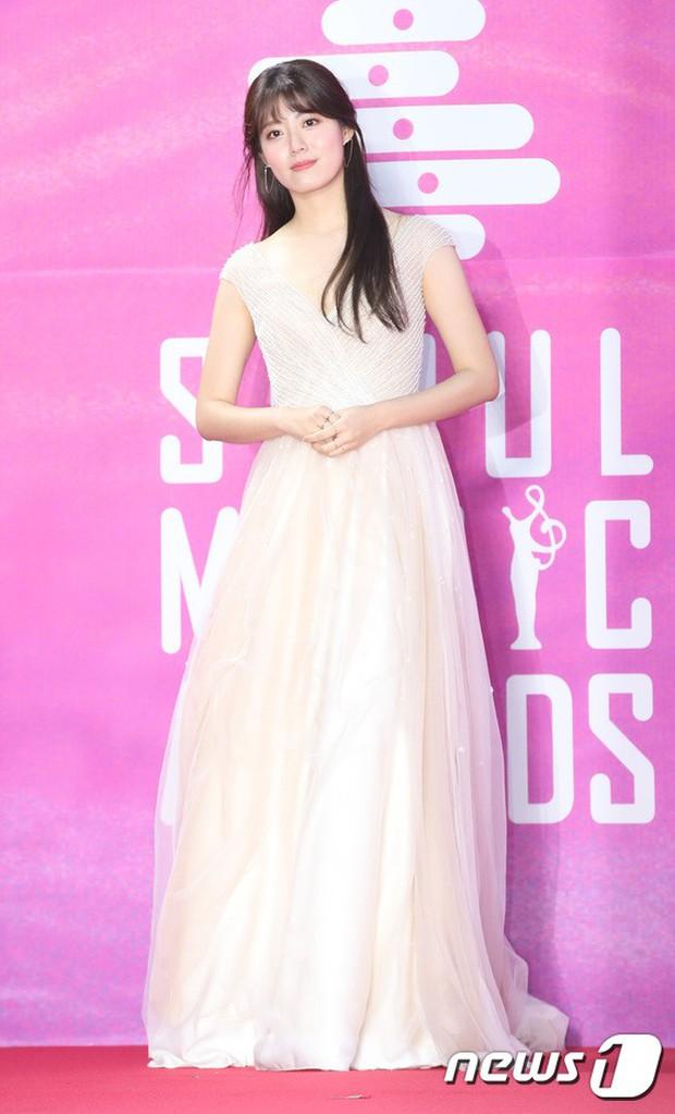 Siêu thảm đỏ rét nhất Kbiz: Kim So Hyun và dàn nữ thần Kpop mếu máo giữ váy, đầu bù tóc rối, BTS và Wanna One quá bảnh - Ảnh 47.