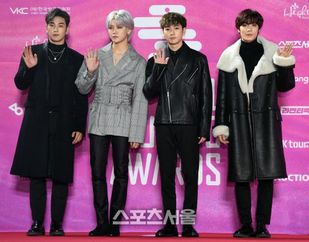 Siêu thảm đỏ rét nhất Kbiz: Kim So Hyun và dàn nữ thần Kpop mếu máo giữ váy, đầu bù tóc rối, BTS và Wanna One quá bảnh - Ảnh 44.