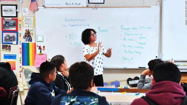Hàng chục nghìn giáo viên tại Los Angeles xuống đường biểu tình, 600.000 học sinh bơ vơ ở trường - Ảnh 2.