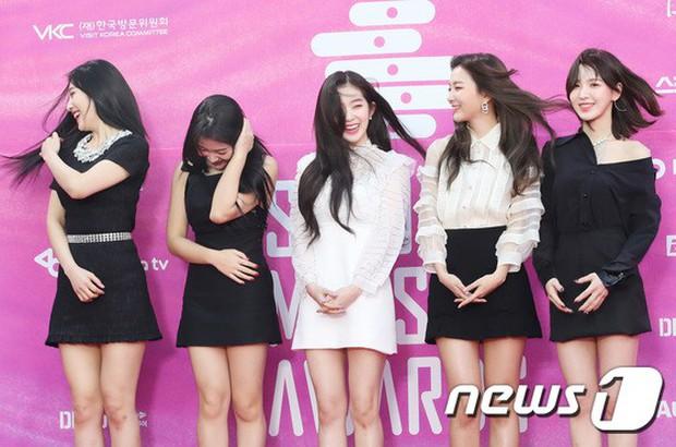 Siêu thảm đỏ rét nhất Kbiz: Kim So Hyun và dàn nữ thần Kpop mếu máo giữ váy, đầu bù tóc rối, BTS và Wanna One quá bảnh - Ảnh 9.