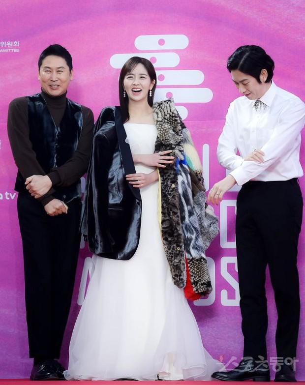 Siêu thảm đỏ rét nhất Kbiz: Kim So Hyun và dàn nữ thần Kpop mếu máo giữ váy, đầu bù tóc rối, BTS và Wanna One quá bảnh - Ảnh 6.