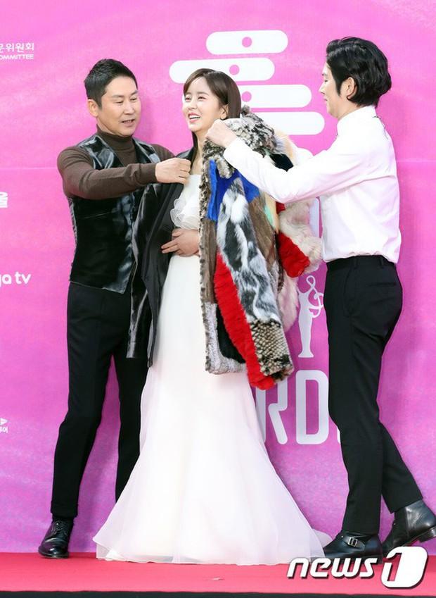Siêu thảm đỏ rét nhất Kbiz: Kim So Hyun và dàn nữ thần Kpop mếu máo giữ váy, đầu bù tóc rối, BTS và Wanna One quá bảnh - Ảnh 5.