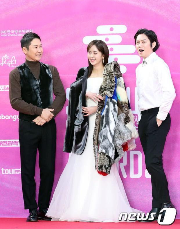 Siêu thảm đỏ rét nhất Kbiz: Kim So Hyun và dàn nữ thần Kpop mếu máo giữ váy, đầu bù tóc rối, BTS và Wanna One quá bảnh - Ảnh 7.