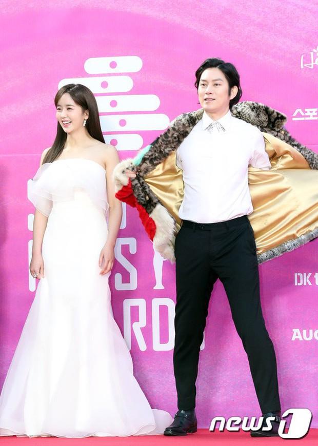 Siêu thảm đỏ rét nhất Kbiz: Kim So Hyun và dàn nữ thần Kpop mếu máo giữ váy, đầu bù tóc rối, BTS và Wanna One quá bảnh - Ảnh 4.