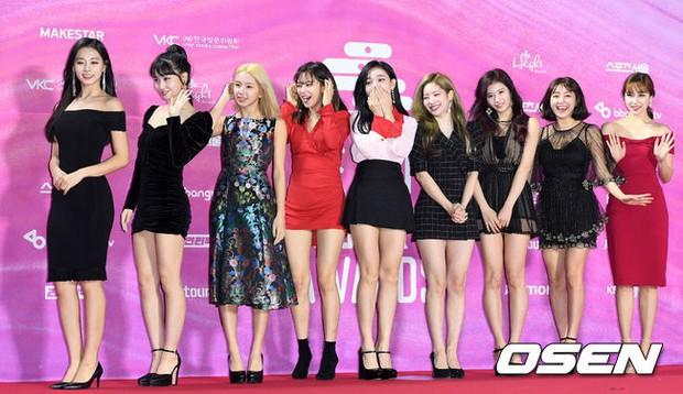 Siêu thảm đỏ rét nhất Kbiz: Kim So Hyun và dàn nữ thần Kpop mếu máo giữ váy, đầu bù tóc rối, BTS và Wanna One quá bảnh - Ảnh 16.