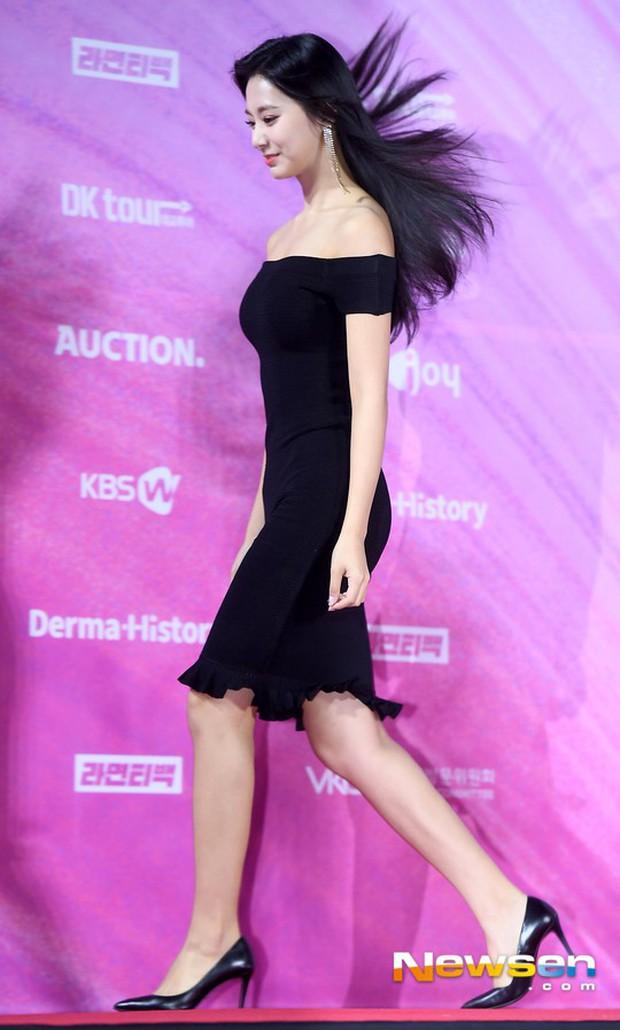 Siêu thảm đỏ rét nhất Kbiz: Kim So Hyun và dàn nữ thần Kpop mếu máo giữ váy, đầu bù tóc rối, BTS và Wanna One quá bảnh - Ảnh 14.