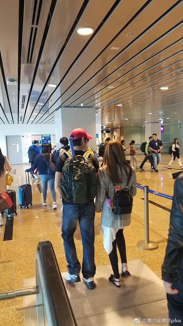 Tài tử Trịnh Gia Dĩnh đưa bà xã Hoa hậu mang thai 6 tháng ngồi máy bay giá rẻ tới Nha Trang nghỉ dưỡng - Ảnh 3.