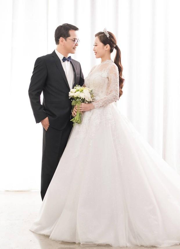 Cận ngày trọng đại, NSND Trung Hiếu mới chịu hé lộ ảnh cưới lãng mạn cùng bà xã kém gần 2 con giáp - Ảnh 1.