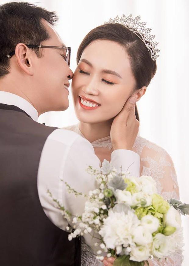 Cận ngày trọng đại, NSND Trung Hiếu mới chịu hé lộ ảnh cưới lãng mạn cùng bà xã kém gần 2 con giáp - Ảnh 2.