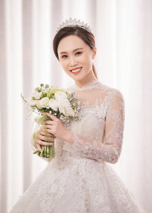 Cận ngày trọng đại, NSND Trung Hiếu mới chịu hé lộ ảnh cưới lãng mạn cùng bà xã kém gần 2 con giáp - Ảnh 7.