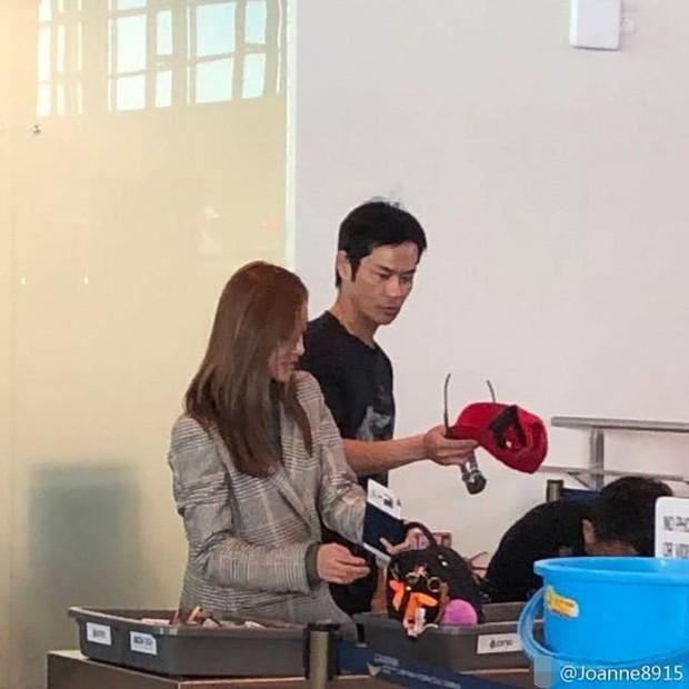 Tài tử Trịnh Gia Dĩnh đưa bà xã Hoa hậu mang thai 6 tháng ngồi máy bay giá rẻ tới Nha Trang nghỉ dưỡng - Ảnh 1.
