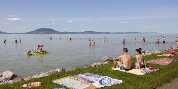 Muốn biết mùa đông có thể kì quái đến mức nào, hãy xem cảnh tượng ở hồ Balaton của Hungary - Ảnh 1.