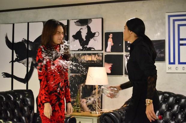 """Rùng mình nhìn hai chị đại Thái Lan thi thố tát khỏe tát đau tóe lửa trong """"Cuộc Chiến Producer"""" - Ảnh 5."""
