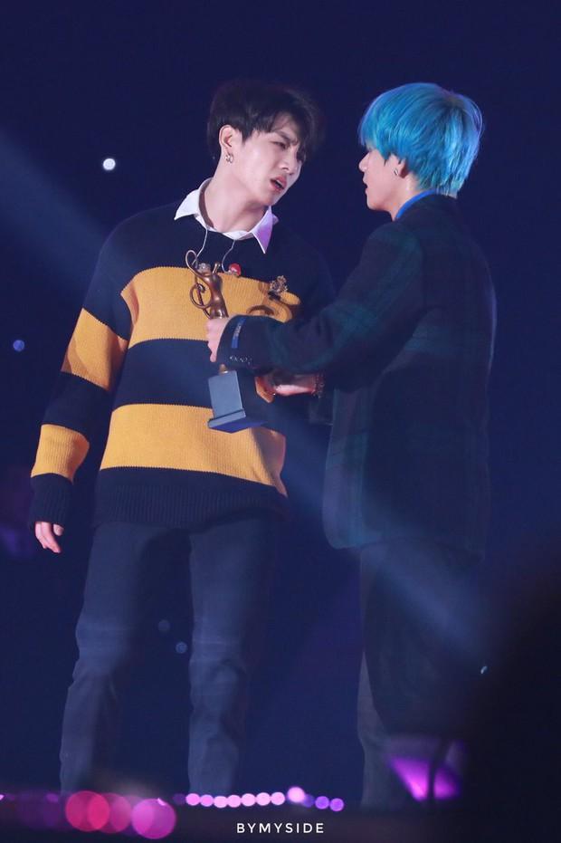 Xót xa hình ảnh chứng minh làm idol không dễ: Jungkook (BTS) thở hồng hộc, ngã quỵ nhưng vẫn cố cười vì fan tại SMA - Ảnh 12.