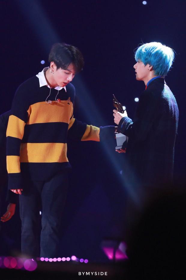 Xót xa hình ảnh chứng minh làm idol không dễ: Jungkook (BTS) thở hồng hộc, ngã quỵ nhưng vẫn cố cười vì fan tại SMA - Ảnh 10.
