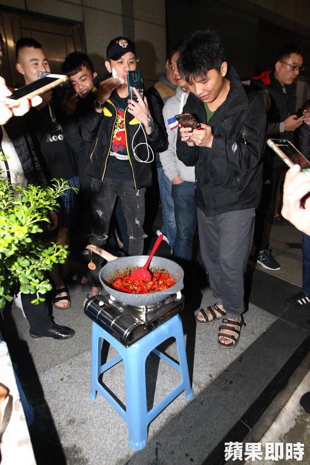 Bạo hành vợ con dã man chỉ vì món thịt viên không có ớt, ông bố Đài Loan bị cả trăm người tụ tập đòi đánh - Ảnh 4.