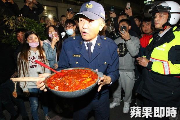 Bạo hành vợ con dã man chỉ vì món thịt viên không có ớt, ông bố Đài Loan bị cả trăm người tụ tập đòi đánh - Ảnh 5.