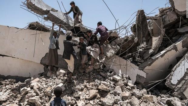 Nền giáo dục của Yemen, đối thủ Việt Nam tại Asian Cup: Những đứa trẻ gầy trơ xương bên cạnh trường học đổ nát, hoang tàn - Ảnh 1.