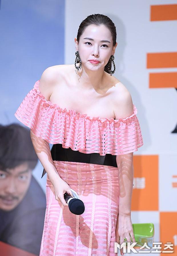 Đỉnh hơn cả mẹ Kim Tan, Hoa hậu Hàn đẹp nhất thế giới trễ nải khoe khéo vòng 1 bốc lửa mặc dù đã U40 - Ảnh 9.