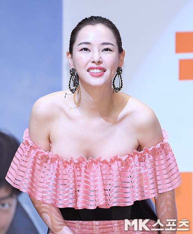 Đỉnh hơn cả mẹ Kim Tan, Hoa hậu Hàn đẹp nhất thế giới trễ nải khoe khéo vòng 1 bốc lửa mặc dù đã U40 - Ảnh 8.