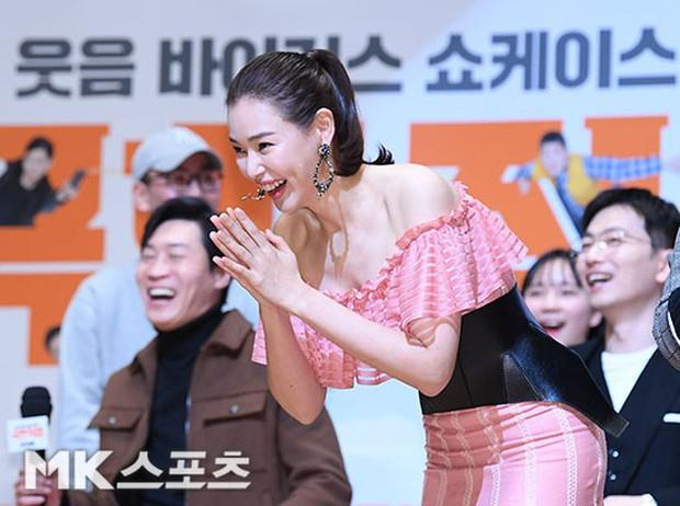 Đỉnh hơn cả mẹ Kim Tan, Hoa hậu Hàn đẹp nhất thế giới trễ nải khoe khéo vòng 1 bốc lửa mặc dù đã U40 - Ảnh 7.