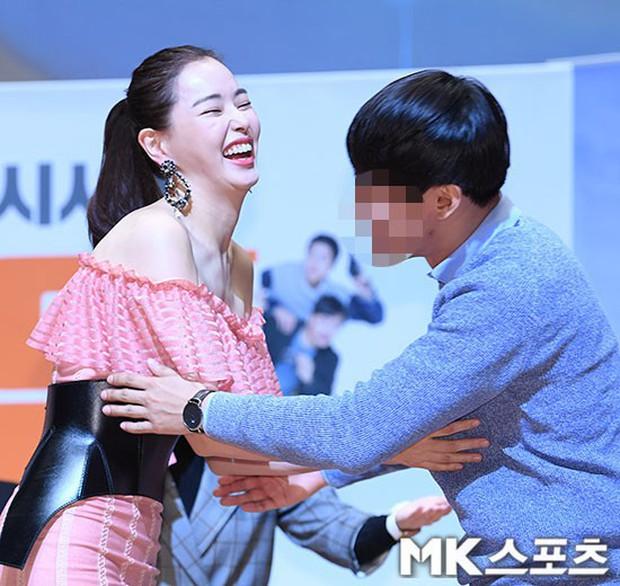 Đỉnh hơn cả mẹ Kim Tan, Hoa hậu Hàn đẹp nhất thế giới trễ nải khoe khéo vòng 1 bốc lửa mặc dù đã U40 - Ảnh 6.