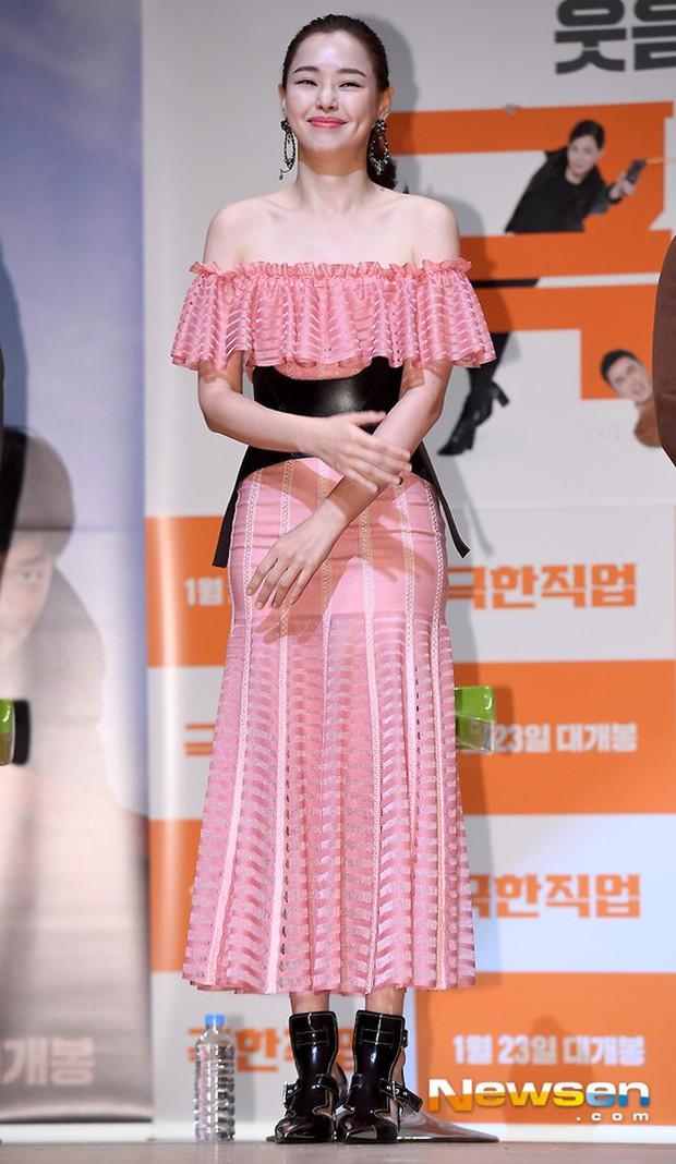 Đỉnh hơn cả mẹ Kim Tan, Hoa hậu Hàn đẹp nhất thế giới trễ nải khoe khéo vòng 1 bốc lửa mặc dù đã U40 - Ảnh 2.